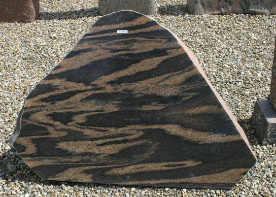 Sort- og rødstribet poleret kampesten 110 x 80 cm Pris 9900 kr